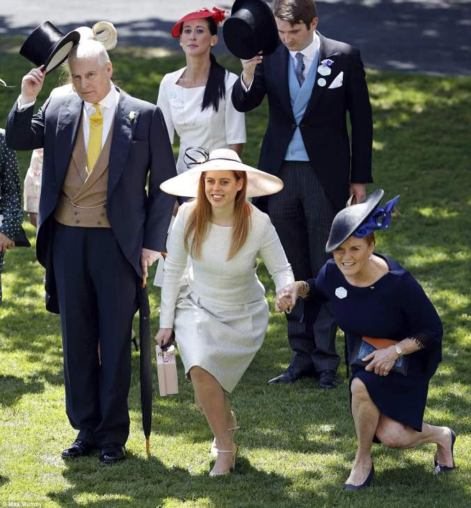 4D85B5FB00000578-5874411-Fergie_and_Beatrice_held_hands_as_they_curtsied_to_the_Queen_tod-a-37_1529674382564