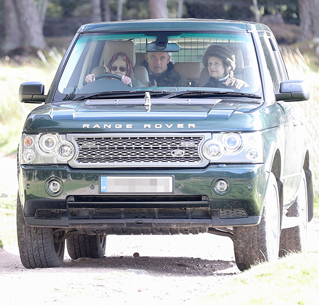 the-queen-driving-her-car-z