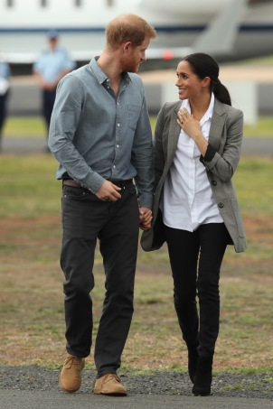 DUBBO, AUSTRALIA - OCTOBER 17: Prince Harry, Duke of Sussex and Meghan, Duchess of Sussex arrive at Dubbo Airport on October 17, 2018 in Dubbo, Australia. The Duke and Duchess of Sussex are on their official 16-day Autumn tour visiting cities in Australia, Fiji, Tonga and New Zealand. (Photo by Cameron Spencer/Getty Images)
