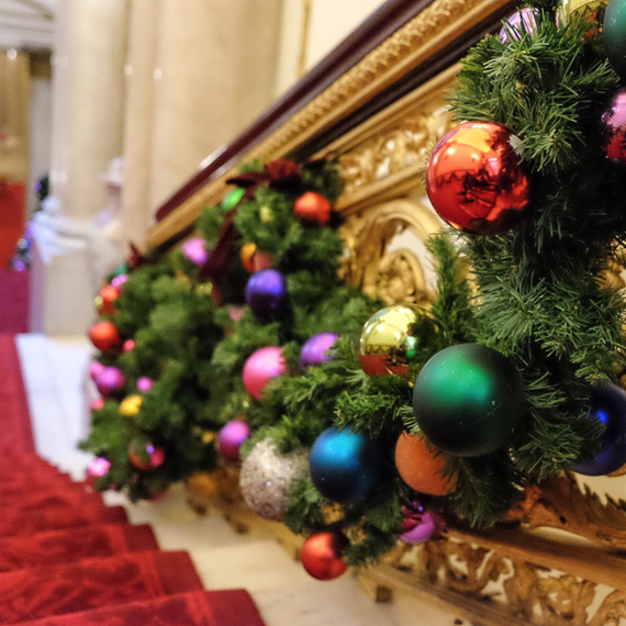 buckingham-palace-christmas-decorations-3_sq