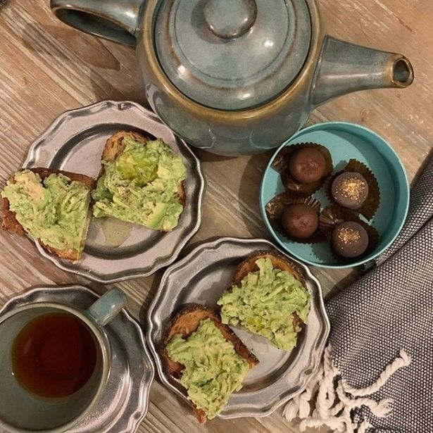 meghan-markle-serves-friend-avocado-on-toast-on-a-silver-platter