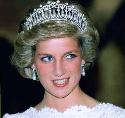 lady-di-wearing-pearl-earrings