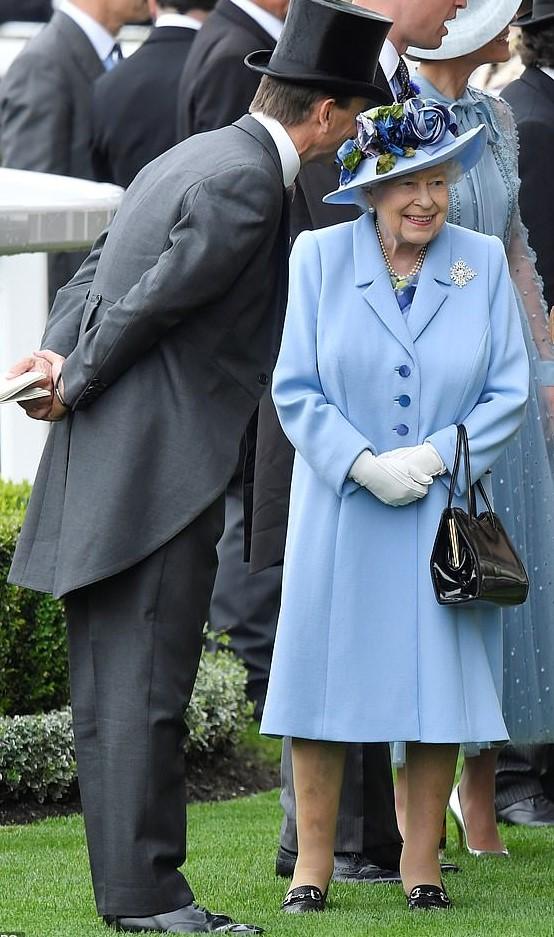 ascot 19 the queen.jpg