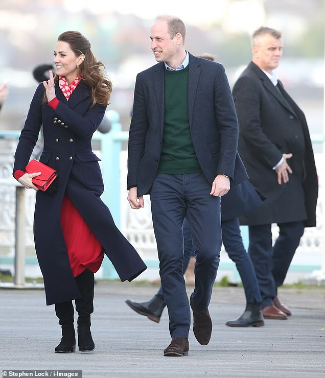 24292172-7965295-Warm_welcome_The_Duke_and_Duchess_of_Cambridge_waved_at_well_wis-a-3_1580829068581